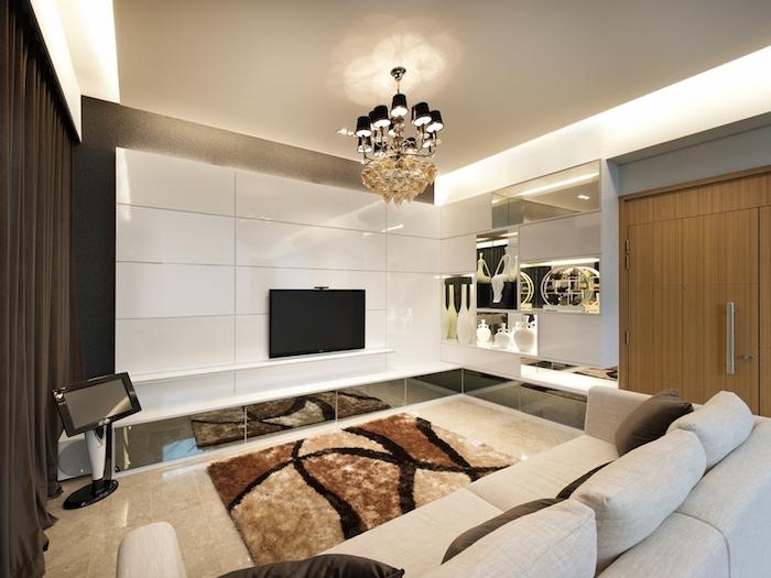 wohnzimmer gestalten, kronleuchter mit vielen kleinen schwarzen lampenschirmen, kleines zimmer
