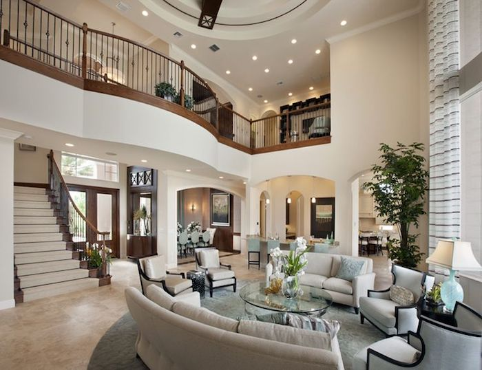 grüne pflanzen, wohnzimmer gestalten, kaffeetisch aus glas, runder teppich, treppe