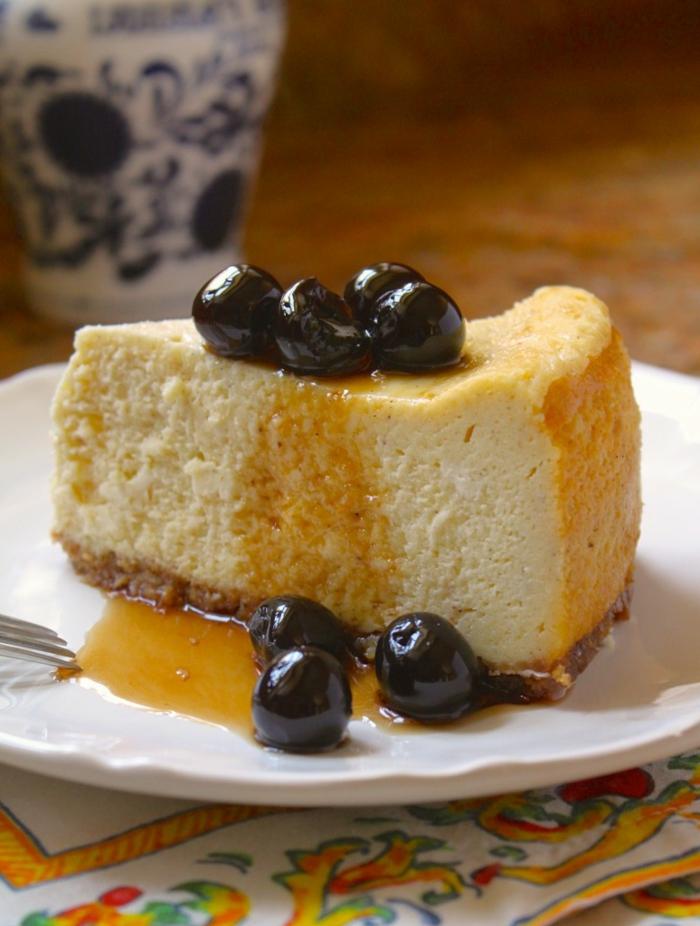 ein Stück Torte mit Sauerkirschen und mit Karamel gedeckt, Geburtstagstorte Rezept