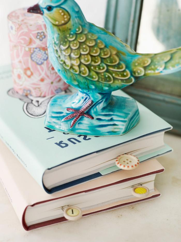Knöpfe als Lesezeichen, DIY Lesezeichen in zwei Bücher in blauer und rosa Farbe