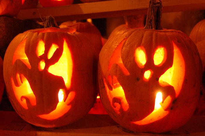 zwei orange halloween kürbisse mit orangen geistern, einen halloween kürbis schnitzen, coole kürbisgesichter schnitzen