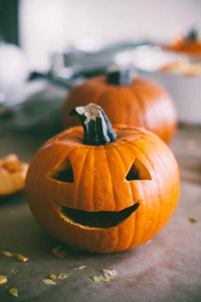 zwei kleine orange kürbisse halloween mit lustigen kürbisgesichtern mit kleinen schwarzen augen, halloween dekoration selber basteln
