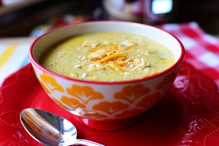 gesundes essen, leicht zum kochen, leichtes essen, eine cremesuppe aus brokkoli, zucchini und kartoffeln