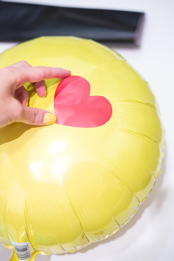 Emoji Ballons selbst gestalten, Herzen für Augen kleben, tolle selbstgemachte Geburtstagsdeko