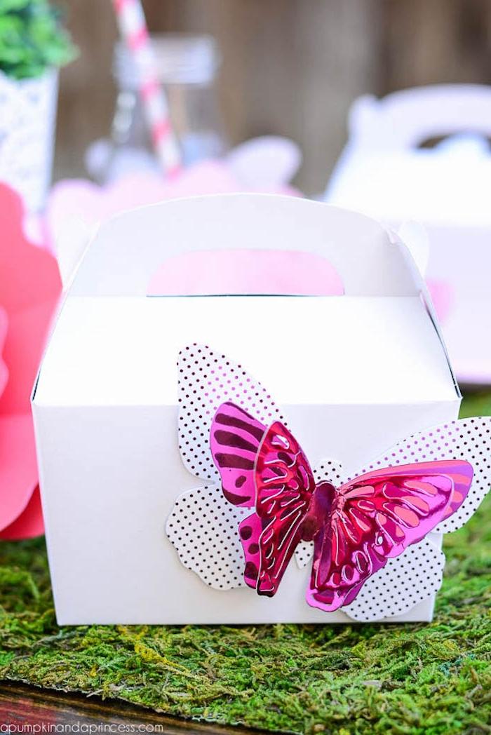 Weiße Schachtel mit schönem Schmetterling aus Papier dekorieren, Geschenkverpackung selber machen