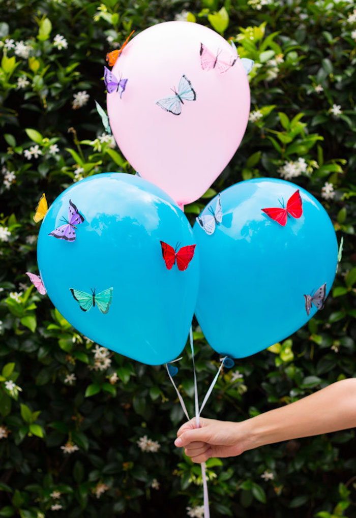 Bunte Schmetterlinge an Ballons kleben, Geburtstagsdeko selber basteln