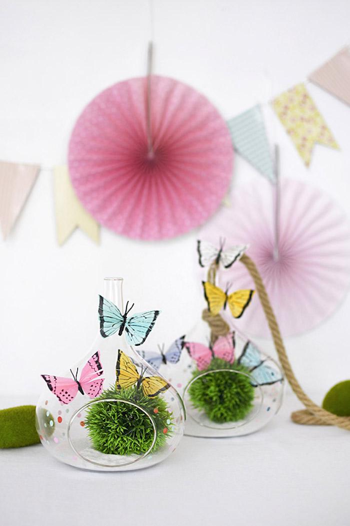 Bunte Schmetterlinge und Girlanden für schöne, sommerliche Party