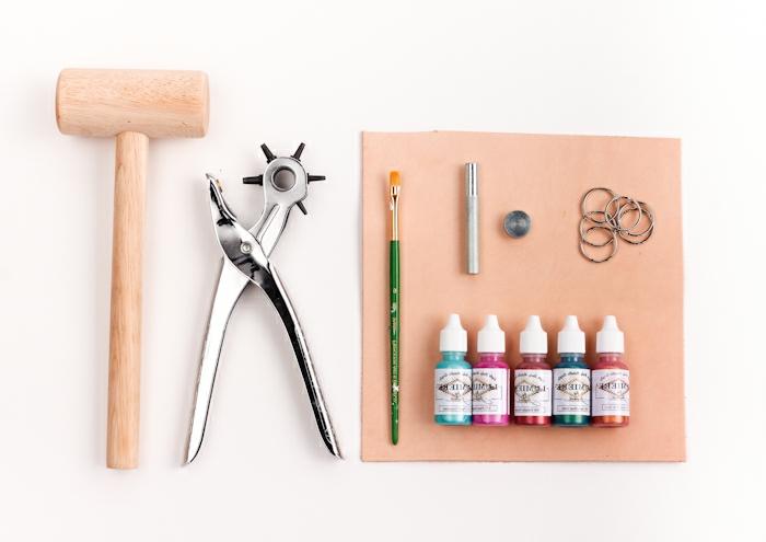 alle benötigten Sachen für ein buntes DIY Projekt, Hammer und Farbstoff