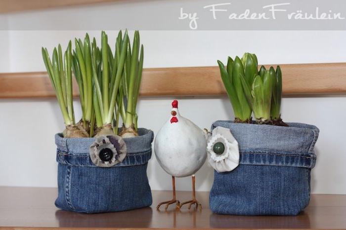 ein kleines weißes huhn und kleine blaue blumentöpfe als alten blauen jeans und mit grünen pflanzen, geschenke selber basteln, alte leans recyceln ideen