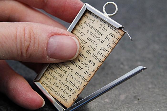 Anhänger selber machen, DIY Idee für einzigartige Halskette, mit Zeitungspapier basteln