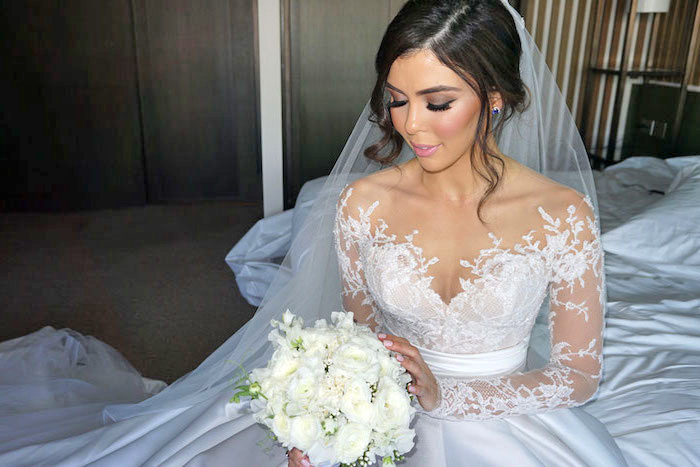 augen make up anleitung, seitlicher dutt, prinzessinen kleid mit spitze, weiße rosen