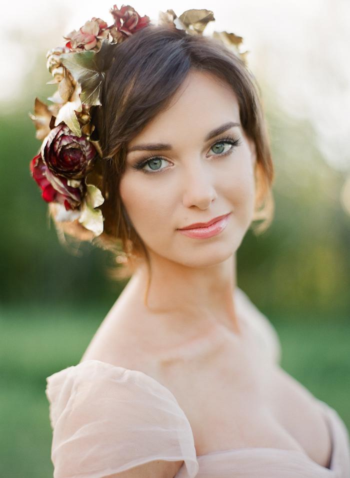 grüne augen schminken anleitung, großer kopfschmuck mit rosen, natürlicher look