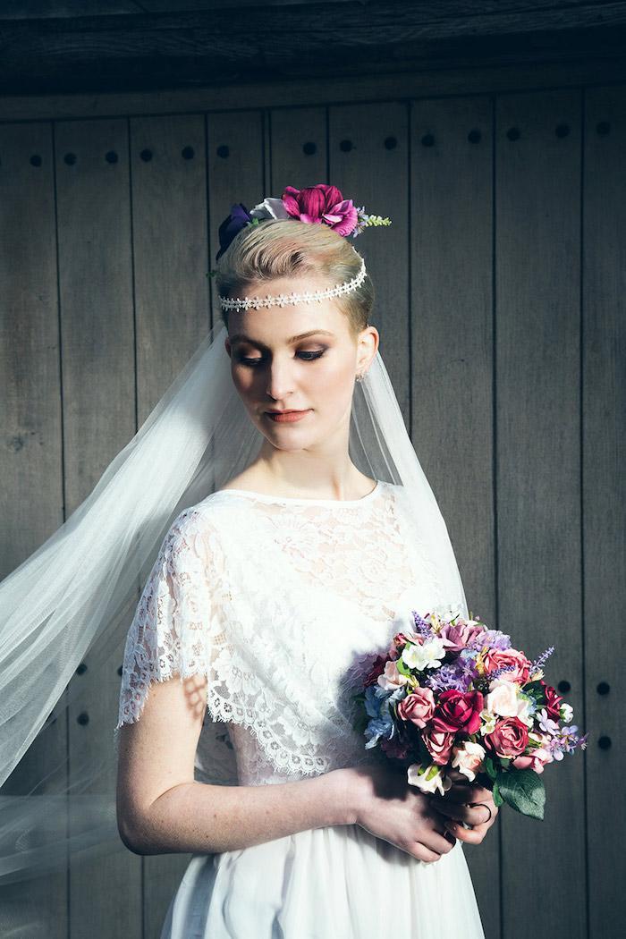 augen schminken anleitung, brautkleid im hippie stil, blumenstrauß aus bunten rosen