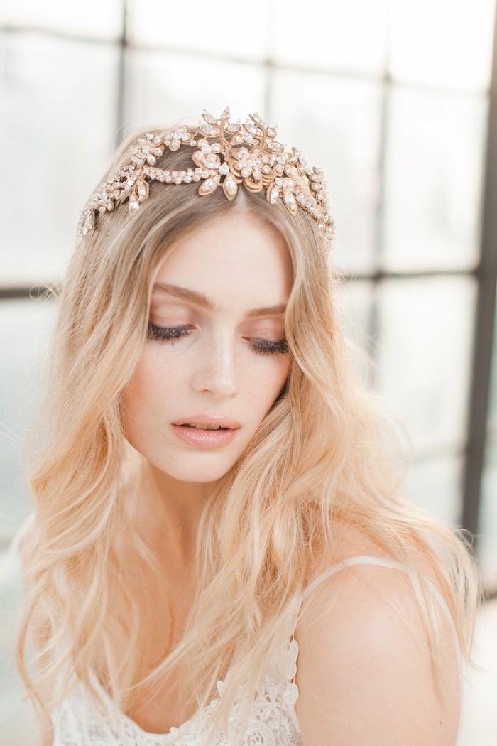 augen schminken anleitung, make up in rose gold, blonde haare mit dunklem ansatz