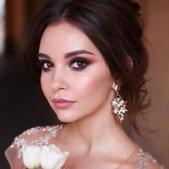 augen schminken anleitung, goldene ohrringe mit steine, zwei weiße blumen, lidschatten in rosa und braun