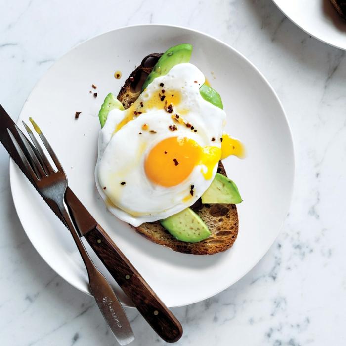 simple idee für eine ausgewogene ernährung, speise, die zu jeder tageszeit passt, ei mit avocado auf brot, gesunder sandwich