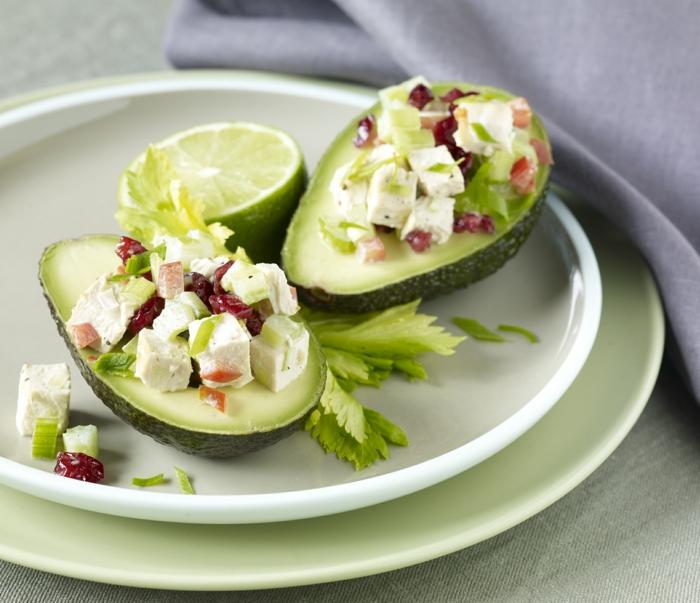 Ein Stück Avocado in der Mitte gehackt, Feta Käsem rote Akzente, Avocado Gemüse