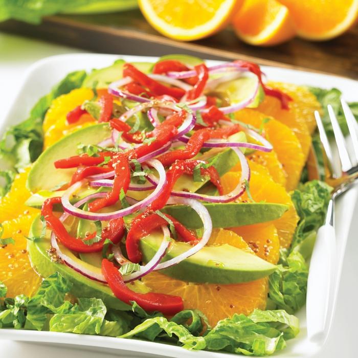 Salatblätter, Mandarinn, Avocado Gemüse, Paprika und roter Zwiebel, ein gesunder Salat