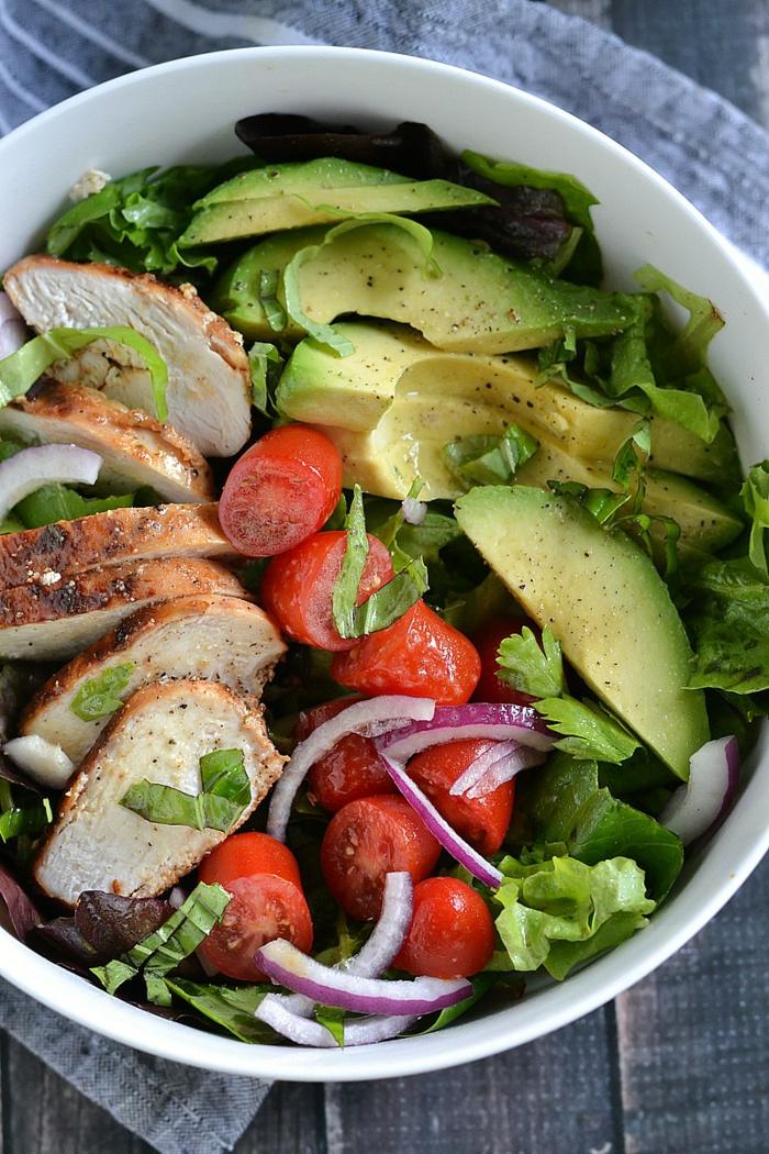 Avocado Tomaten Salat, Kirschtomaten, Petersilien, Fleisch, Zwiebel in einer weißen Schale