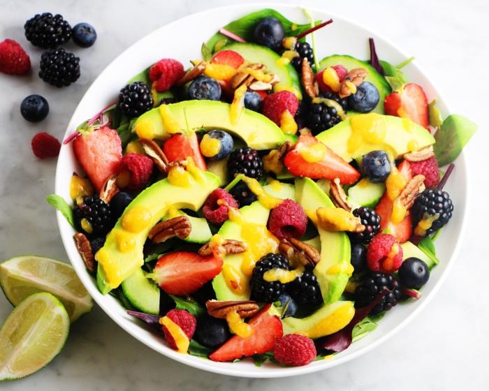 viele verschiedene Arte von Beeren, Avocado im Salat, Obstsalat mit Limetten Dressing