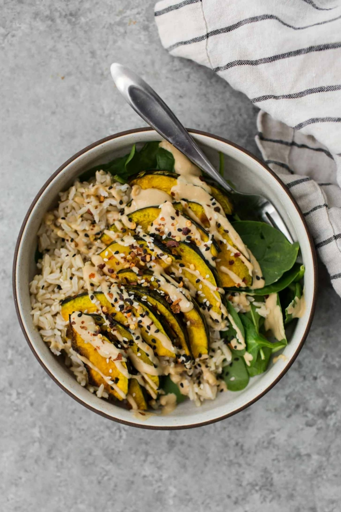Avocado, Reis und Spinat, gesunde Gerichte zum Mittagsessen, weißer Dressing