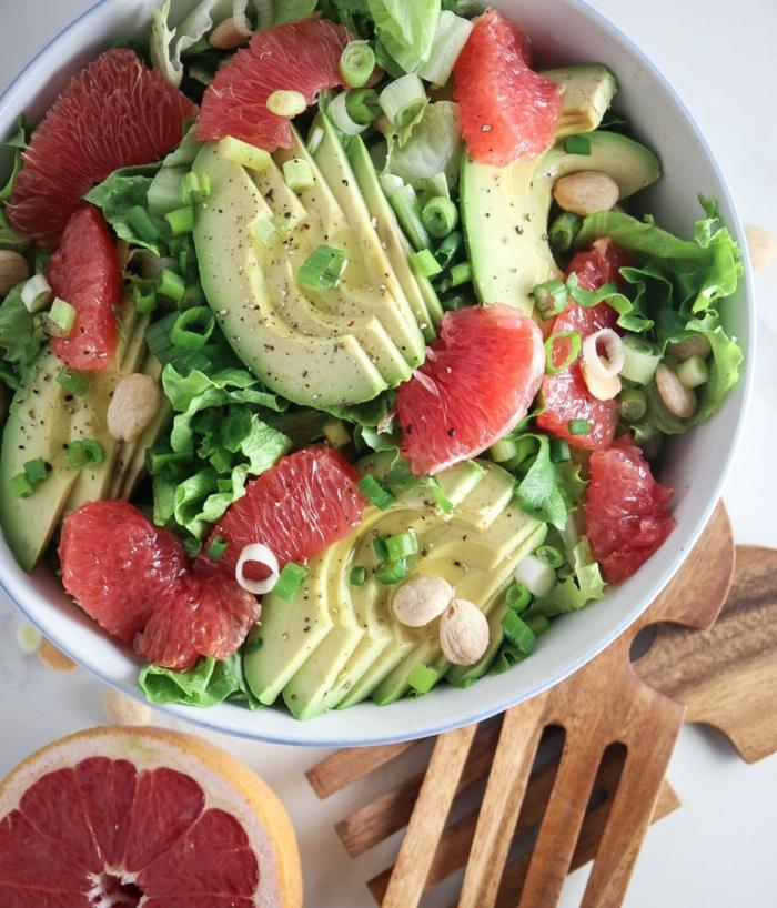 Avocado im Salat, Grapefruit, Frühlingszwiebel, Pfeffer und Salatblätter