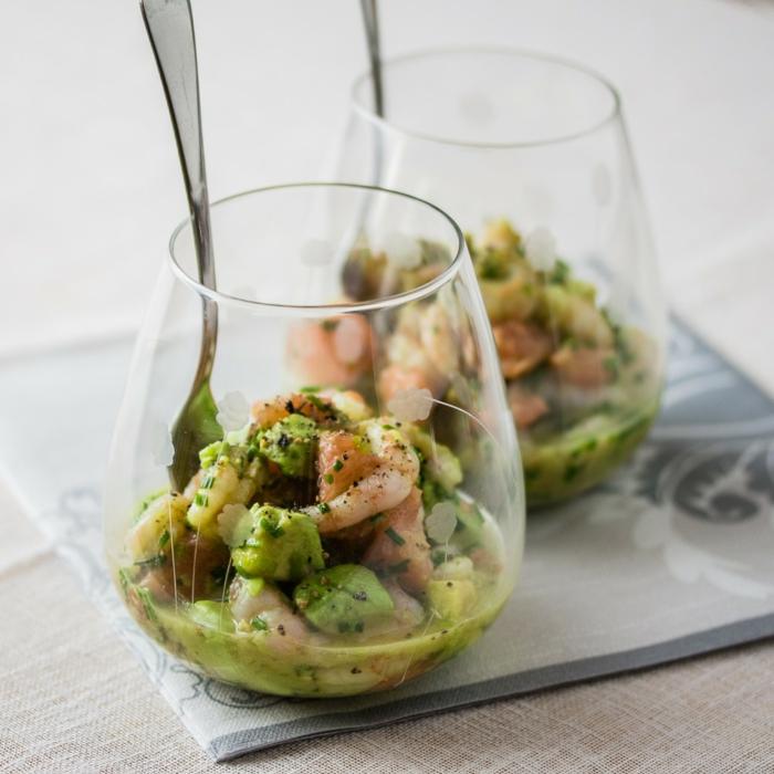 ein gesundes Frühstück, Diät essen, Fisch und Avocado in Soße, in schönen Gläser