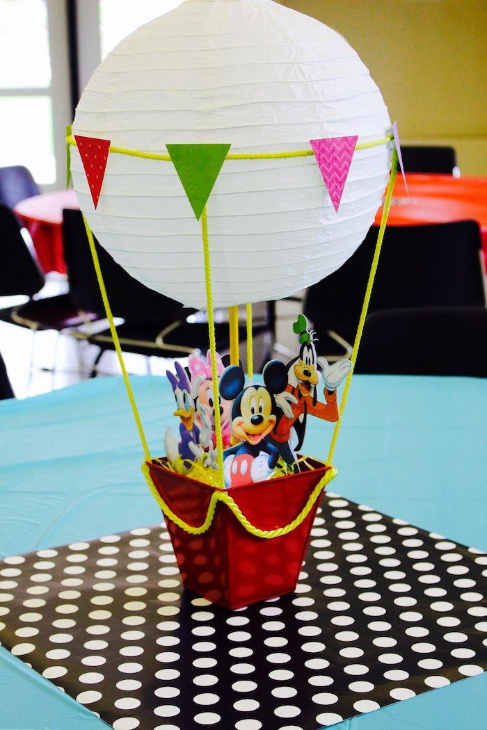 micky mouse, baby geschenk basteln, weiße papierlaterne, bunte girlande, gelbes garn