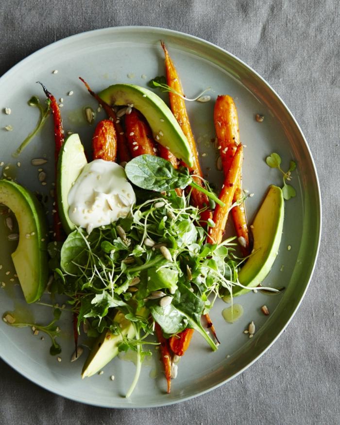 geröstete Möhren, Sesam, eine weiße Soße, Avocado im Salat, Sonnenblumenkerne