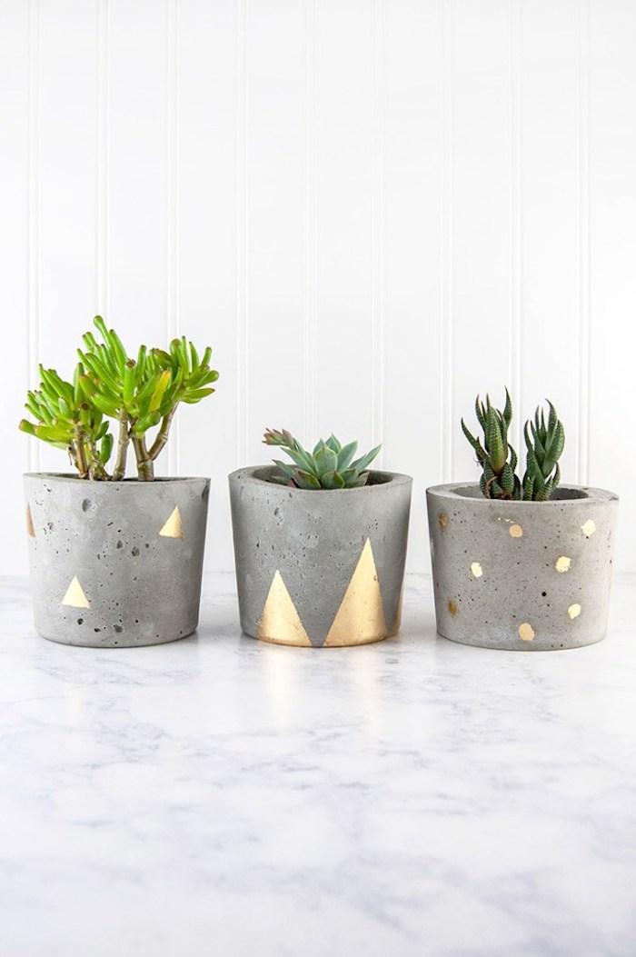 badezimmer deko diy, kleine grüne pflanzen, blumentöpfe aus beton, geometrische elementen