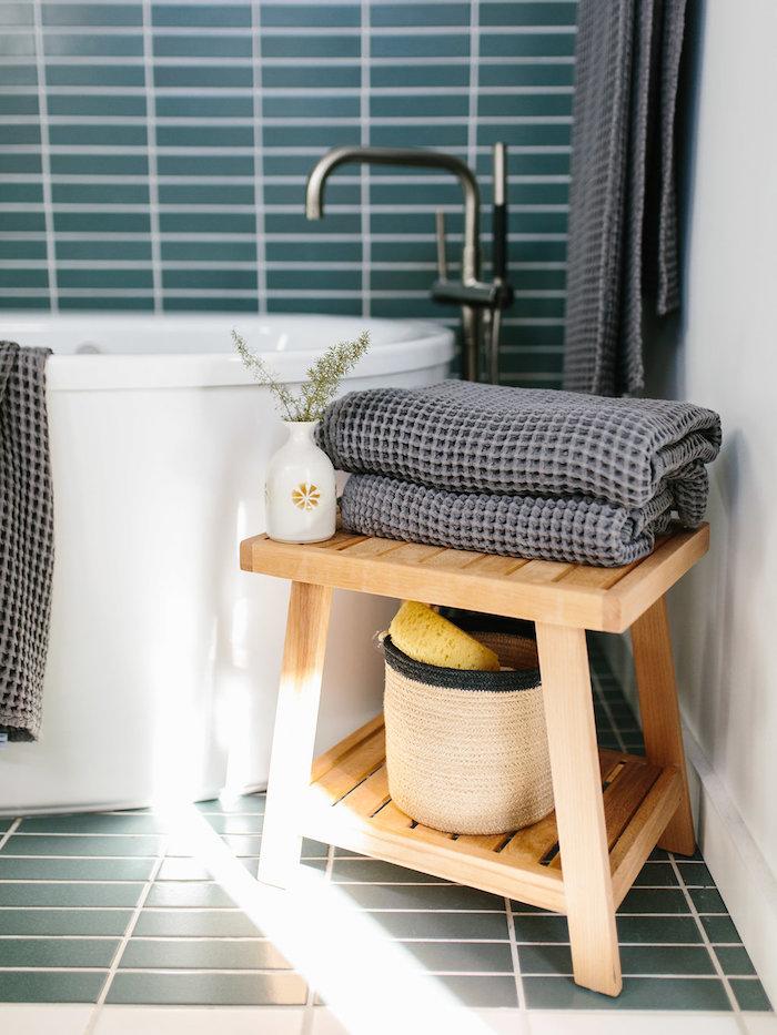 Spa-Bereich im eigenen Badezimmer, weiße Badewanne und dunkelblaue Fliesen