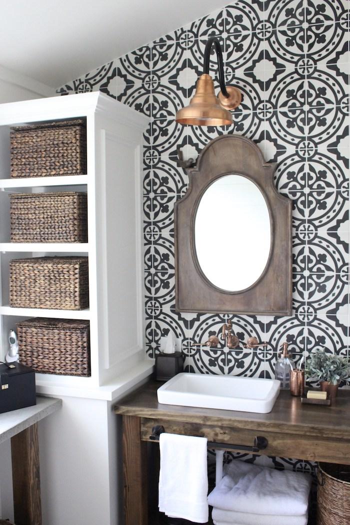 Badezimmer im Landhausstil, Waschtisch aus Holz, Spiegel mit Rahmen aus Kupfer