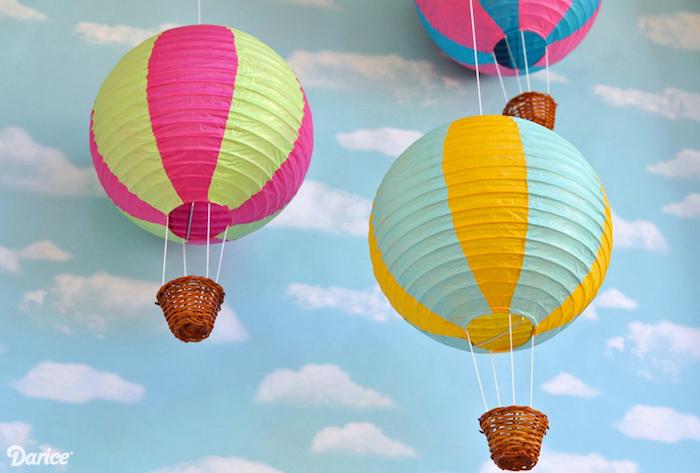 ballon bateln, tapete mit wolken, deko für das babyzimmer, kleine körbe, bunte papierlaternen