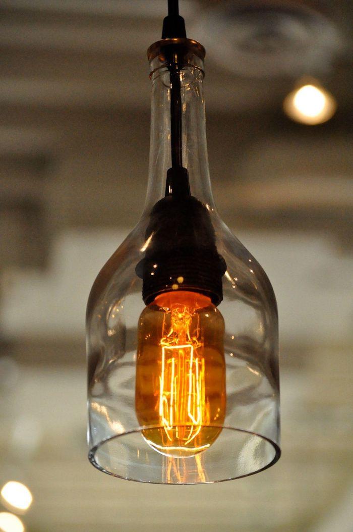 eine hängelampe aus einer alten flasche aus glas und mit einer großen orangen glühbirne, alte flaschen recyceln ideen diy
