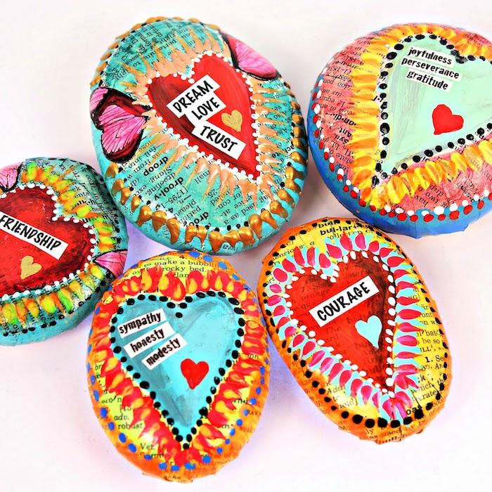Kleine Steine mit Papier dekoriert, personalisierte Botschaften, schönes DIY Geschenk