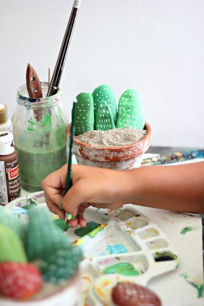 Kaktus Steine selber machen, mit grüner Acrylfarbe bemalen, schöne DIY Idee für Kinder