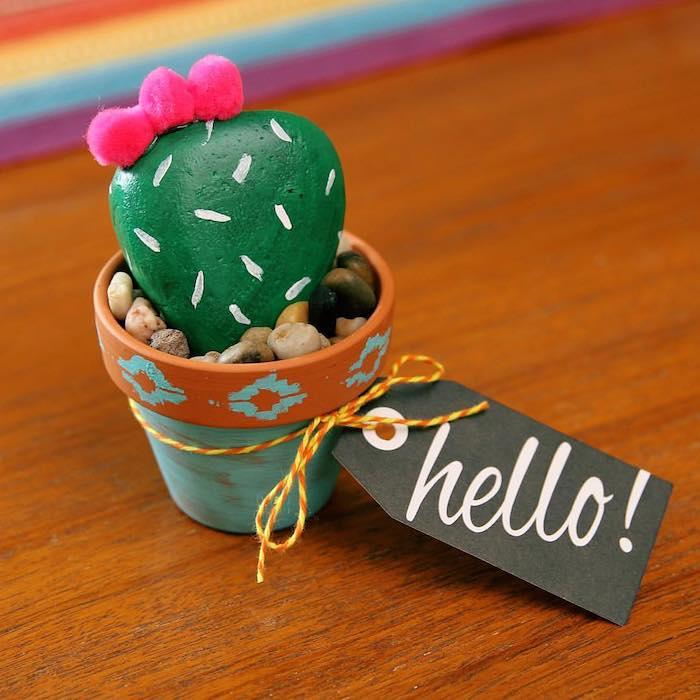 Kaktus Stein in Blumentopf mit Zettel Hallo, Stein mit grüner Farbe bemalen