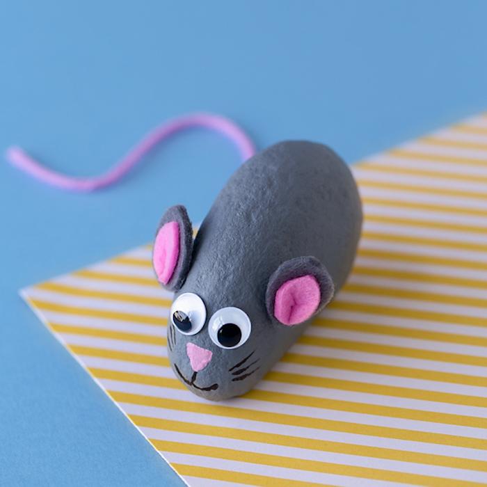 Maus aus Stein mit Ohren aus Filzstoff, Wackelaugen und Schwanz aus Garn