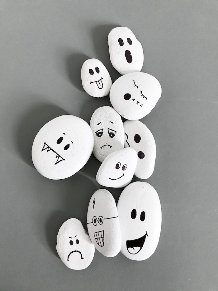 Steine zum Halloween dekorieren, mit weißer Farbe bemalen, Gespenster Gesichter zeichnen