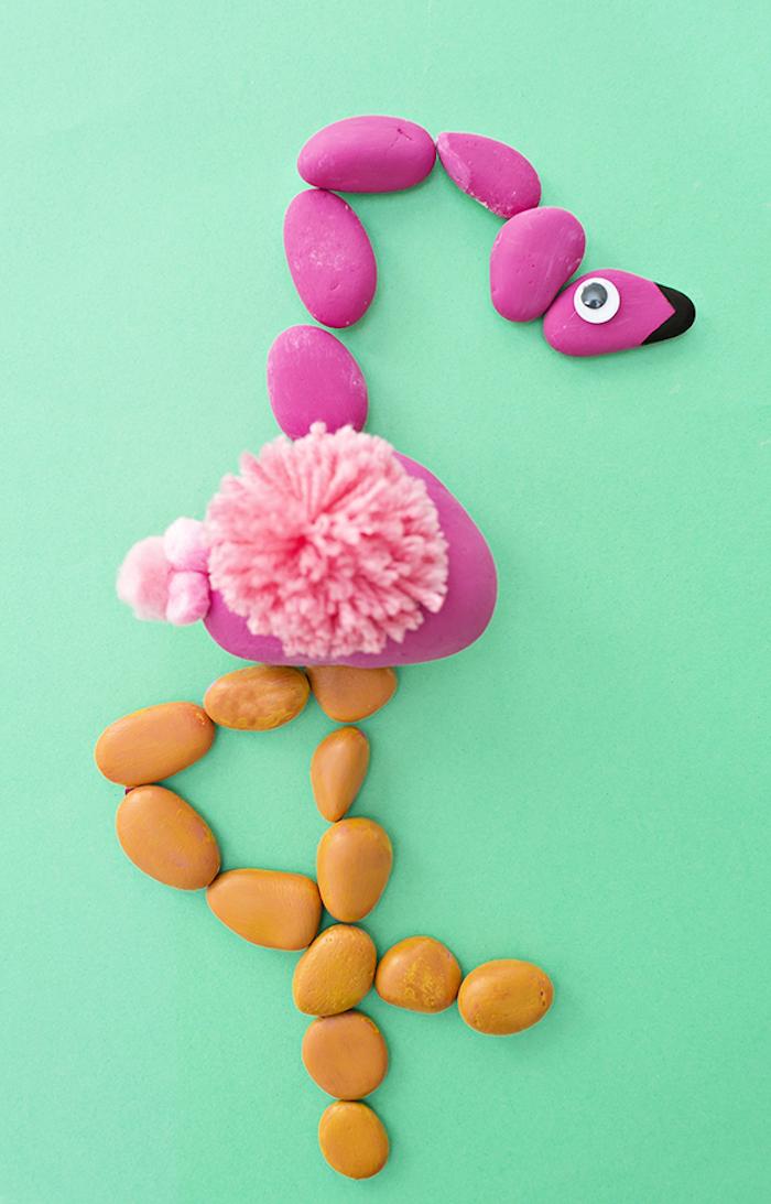 Flamingo aus kleinen Steinen, rosa Pompon und Wickelauge, Bastelidee mit Kindern