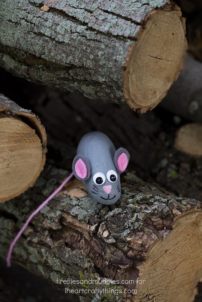 Maus aus Stein selber machen, Ohren aus Filzstoff, Wickelaugen und Schwanz aus Garn