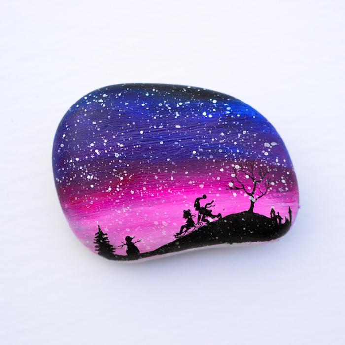 Weihnachtsdekoration selber basteln, kleine Steine bemalen, Nachthimmel und Schneeflocken