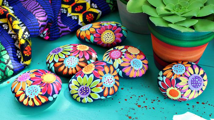 Steine kreativ bemalen, bunte Blumen mit Acrylfarben zeichnen, selbstgemachte Deko für Zuhause