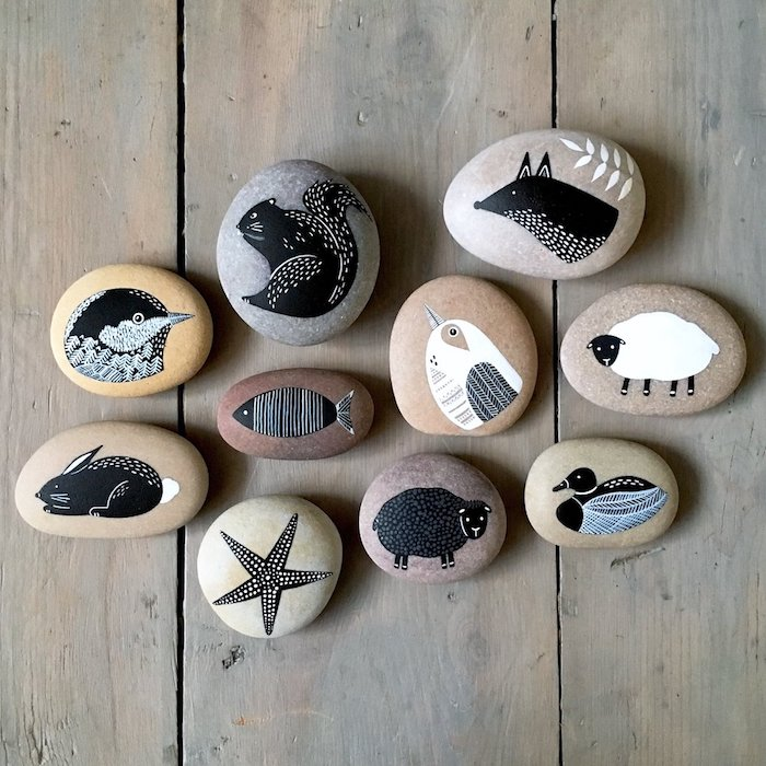 Tiere auf Steine zeichnen, Steine mit weißer und schwarzer Acrylfarbe bemalen