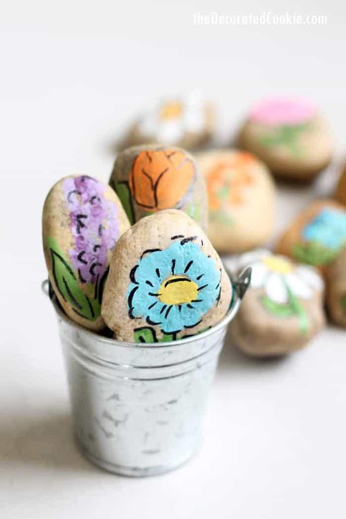 Frühlingsblumen auf Steine zeichnen, schöne Deko Idee für den Garten zum Selbermachen