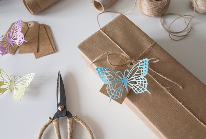 Mit Schmetterlingen aus Papier Geschenkverpackungen dekorieren, DIY Geschenke