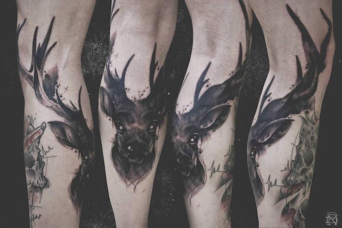 beine mit großen schwarzen aquarell tattoos mit schwarzen hirschen mit schwarzen augen und mit großen schwarzen hörnern, watercolor painting, hirsch tattoo