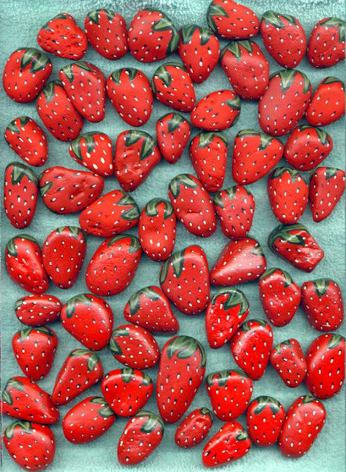 Erdbeeren Steine selbst gestalten, mit roter Acrylfarbe bemalen, schöne Deko für den Garten