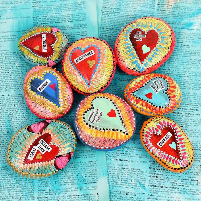 Steine dekoriert mit Papier, mit personalisierten Botschaften, Idee für kleines selbstgemachtes Geschenk