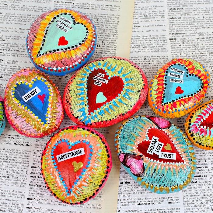 Mit Papier dekorierte Steine, Herzen zeichnen, personalisierte Botschaften schreiben